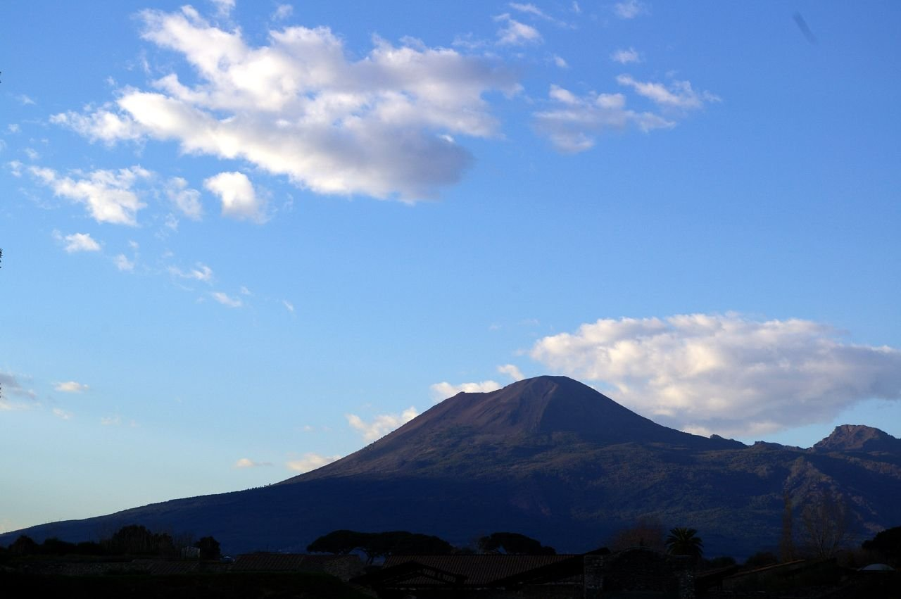 volcano mount vesuvius Mount vesuvius is arguably one of the most well known and dangerous volcanoes on earth here we look at its most infamous eruption, in pompeii, and the incredibly discoveries archaeologists have.