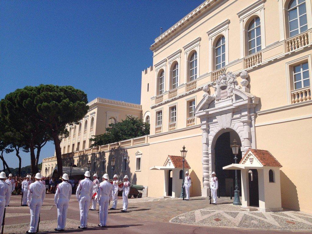 некоторые люди фото дворца в монако видно, что
