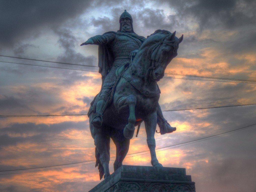 памятник юрию долгорукому. фото