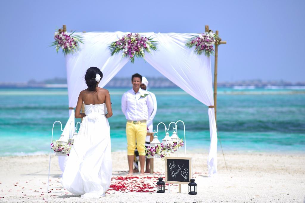 Самые красивые открытки с днем свадьбы изображенных