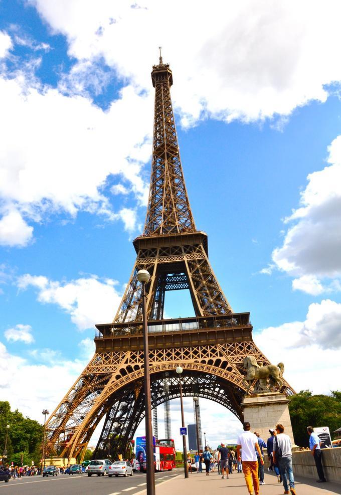 Каждый год Париж посещают миллионы туристов со всего мира.