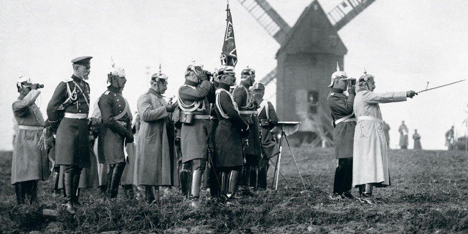 Кайзер Вильгельм II и немецкие офицеры