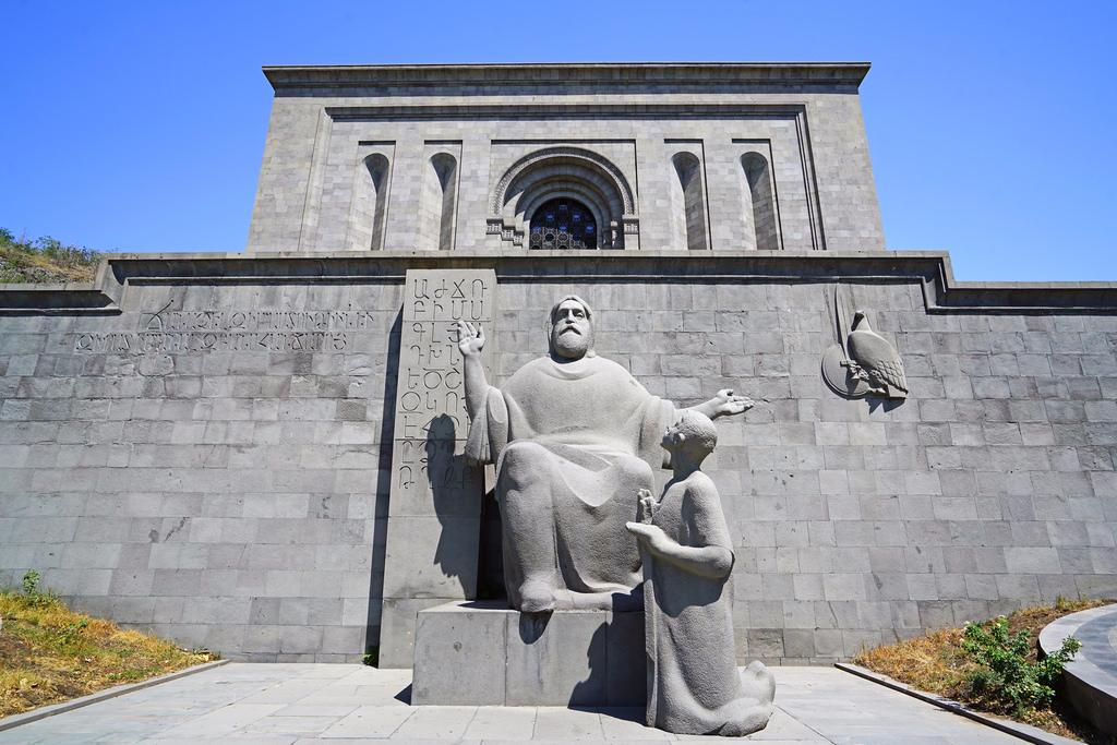 памятники армении фото все чаще