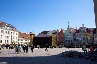 Подготовка сцены на торговой площади Таллина