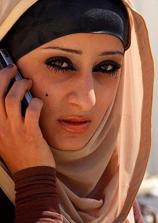 Иорданская женщина разговаривает по телефону Едем в Иорданию Едем в Иорданию 61 jordan woman