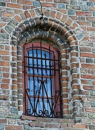 Окно в башнесобой в плане равносторонний треуго
