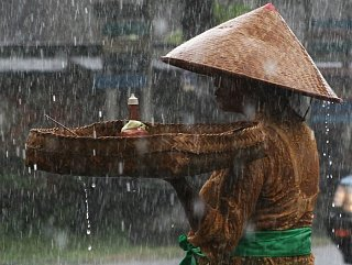 Женщина под дождем на Бали