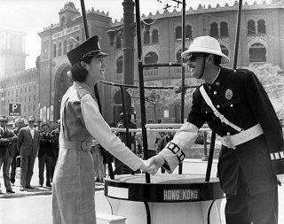 1966 г. – полицеский Гонконга жмет руку испанскому полицейскому