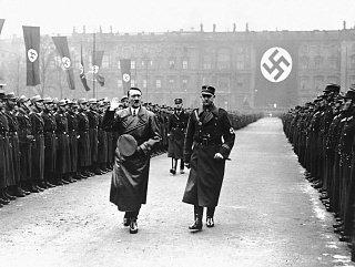 Адольф Гитлер принимает парад
