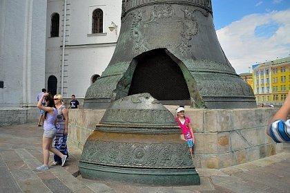 Отломившийся кусок от Царь-колокола стоит рядом с ним