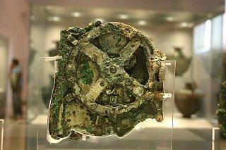 Антикитерский механизм, который считается самым первым аналоговым компьютером. Находка датируется 100 годом до н.э. Предполагается, что механизм служил древним грекам для предсказания движения светил и для астрологических прогнозов.