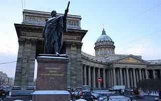 Памятник Кутузову перед Казанским собором