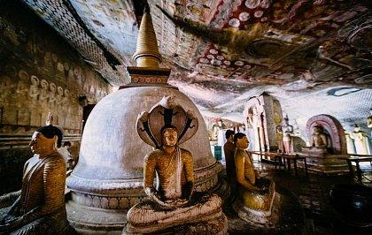 Будды внутри храма Дамбулла