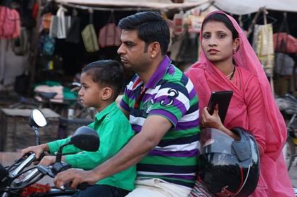 Индийская семья на мопеде