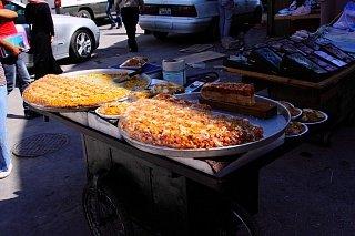Лотки с едой на улицах