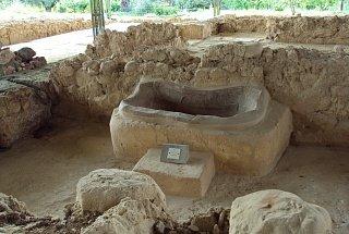 Сохранившаяся ванна среди руин дворца Нестора