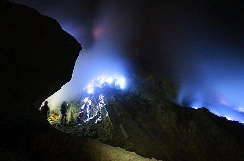 Голубое серное пламя вулкана Иджен Синим пламенем: покорение вулкана Иджен на острове Ява Goluboe sernoe plamya 1