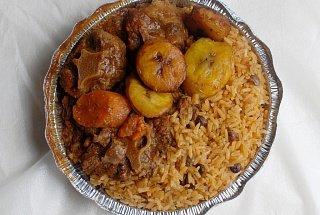 Рис с овощами, мясом и бананами