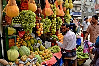 Продажа фруктов на улице в Дакке
