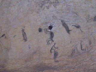 Наскальные рисунки, возраст которых более 2000 лет, в пещерах к северу от Сан-Кристобаля