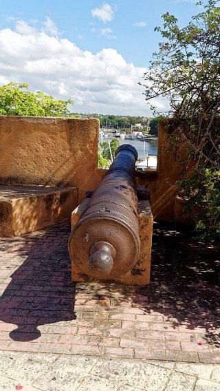 Старинные пушки в форту Санто-Доминго напоминают о бурном прошлом