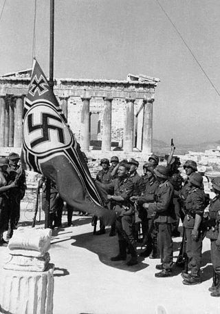 Солдаты Третьего рейха поднимают флаг у Акрополя