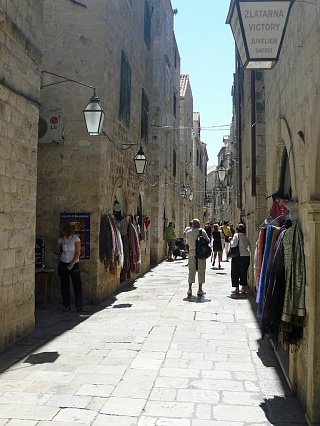 Распродажа вещей прямо на улицах Дубровника