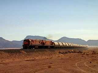 Товарный поезд в пустыне