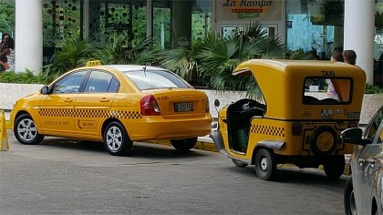 Новые машины такси на улицах Кубы