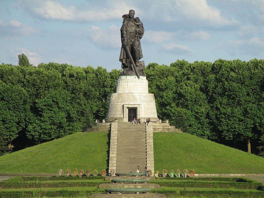 этом фото памятника в трептов парке кажется